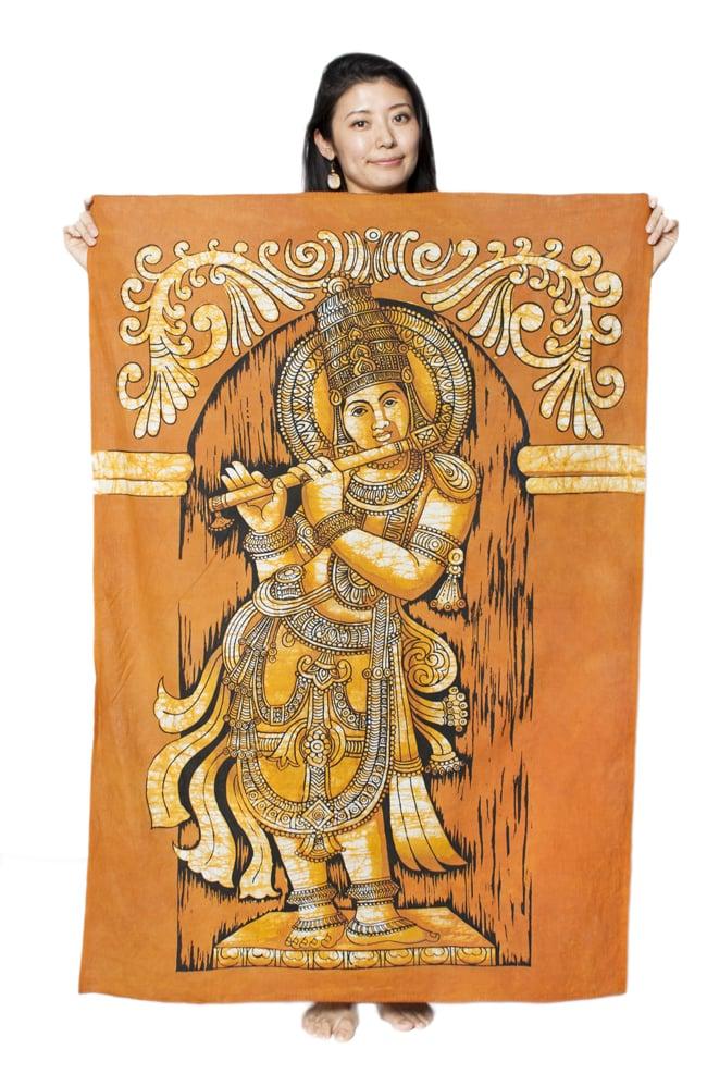 [大サイズ]バティック染めのタペストリー風神様布 - クリシュナ[約85x130cm]の写真6 - 女性スタッフが持ってみるとこれくらいの大きさです。