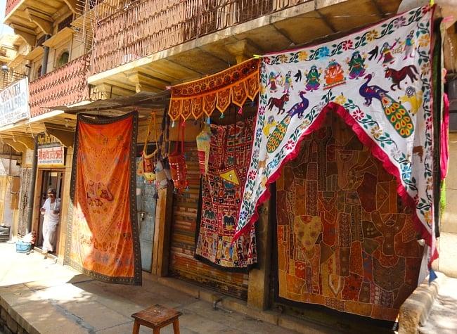 インドの飾りのれん 【花・象】 オレンジ アソートの写真7 - ラジャスタンの街角にて。街を歩くと可愛いのれんがたくさん飾られています。