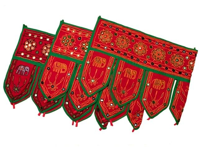 インドの飾りのれん 【花・象】 赤 アソートの写真5 - 写真のように刺繍の色がそれぞれ異なります。予めご了承くださいませ。