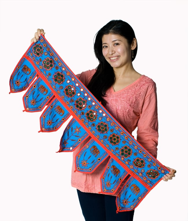 インドの飾りのれん 【花・象】 赤 アソートの写真6 - 色違いの商品を手にとってみました。このくらいの大きさになります