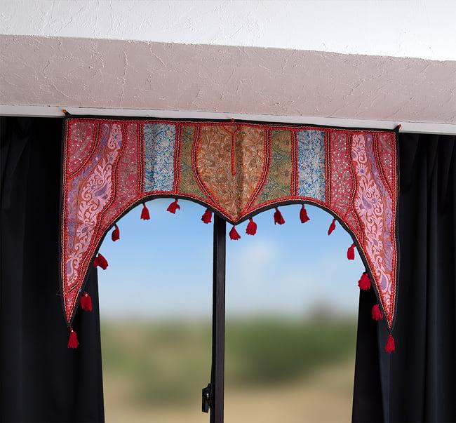 【一点物】砂漠の国のトーラン - 窓・入り口飾り 2 - 室内での使用例になります。普段の空間がぐっとおしゃれにエスニックに。なお、背景は加工されています。写真は別のデザインのトーランです。