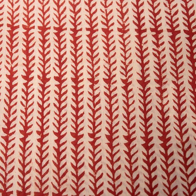 昔ながらの木版染め伝統模様布ハンカチ - ベージュ×レッド 2 - 柄を拡大しました。 美しい模様で私生活に彩りを添えてくれます。
