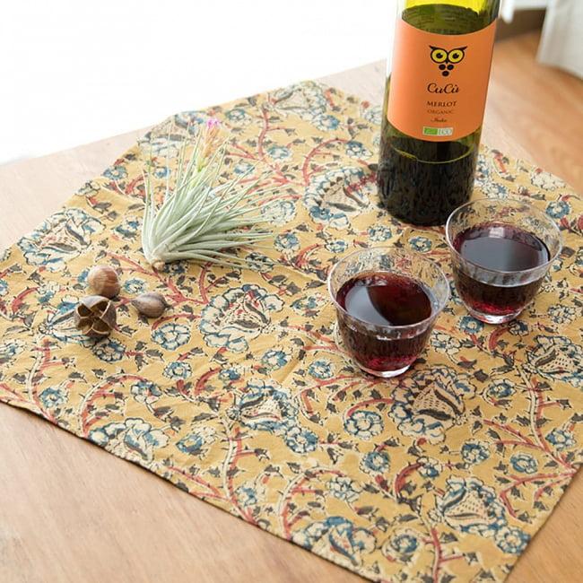 昔ながらの木版染め伝統模様布ハンカチ - ベージュ×レッド 7 - 贅沢なランチョンマットとしてもご利用いただけます。