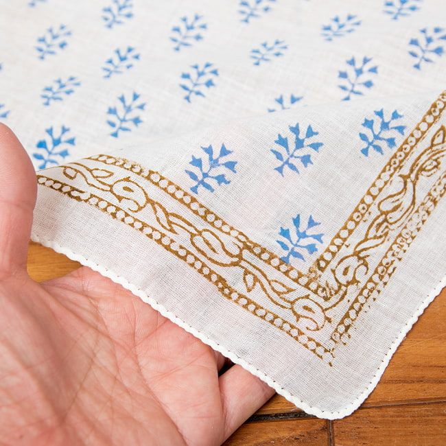 インドの木版染めハンカチ の写真4 - 手にとってみました。柔らかく使いやすい素材です^^