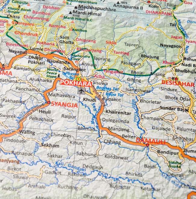 Trekking Guide Nepal【ネパール全土地図】 3 - 地図の拡大写真です。細かい部分まで丁寧な作りとなっています。