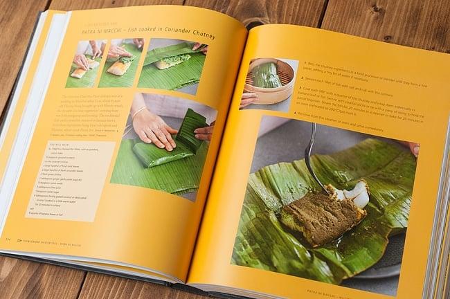 【豪華本】THE INDIAN COOKERY COURSE - Techniques and Masterclasses and Ingredients - 300 recipesの写真9 - バナナの葉にコリアンダーソースで蒸し焼きにした魚料理。パルーシー料理でしょうか