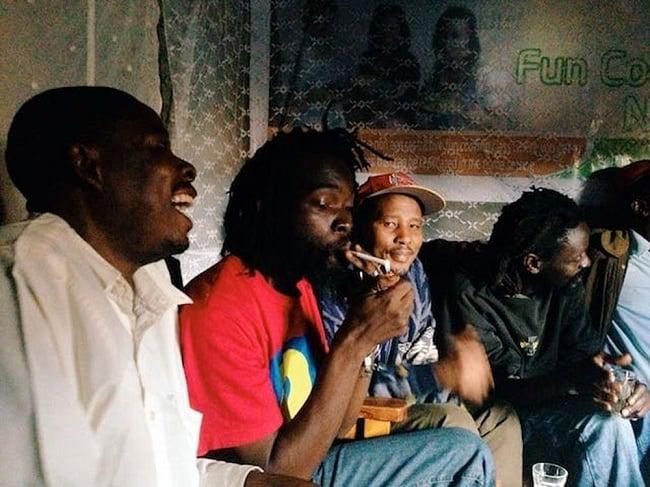 旅がなければ死んでいた [本編] 6 - ケニアのスラム街で、地元アーティスト集団と連日、密造酒を飲みまくり。