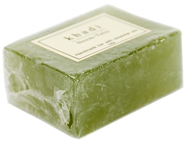 KHADI(カディ) ナチュラルソープ - ニーム&トゥルシ 2 - 125gでちょうどいい大きさです。洗顔、手洗いなど使う場所を選びません。しっとりとした洗いあがりだという評判です。