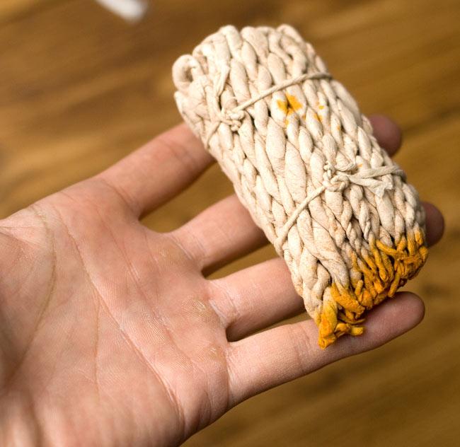 VAJRA SANDALWOOD ロープ香の写真3 - サイズ比較のために手に持ってみました