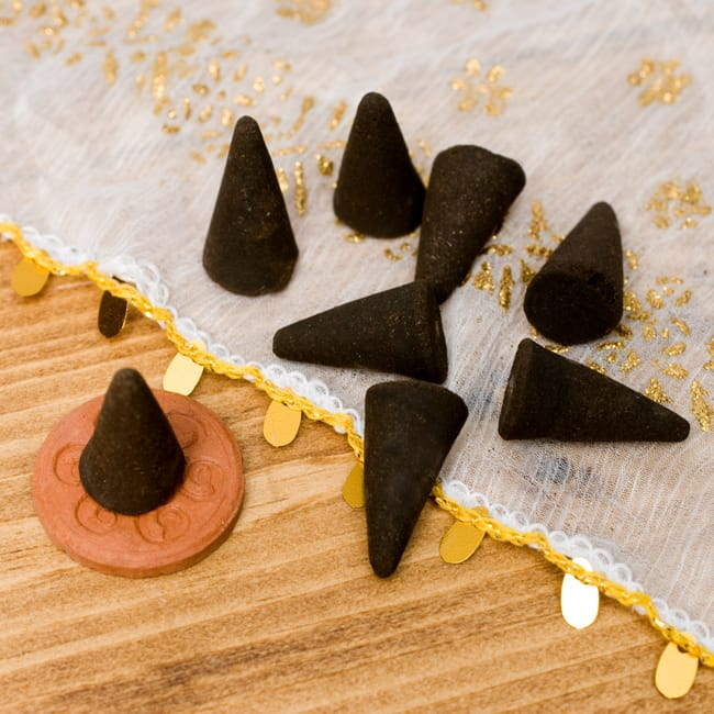 ムスク[KRISHNA MUSK]の香り-オウロシカコーン香 3 - このようなコーン型のお香が入っています。(こちらは同型のサンプル品のため、色が異なる場合もございます。)