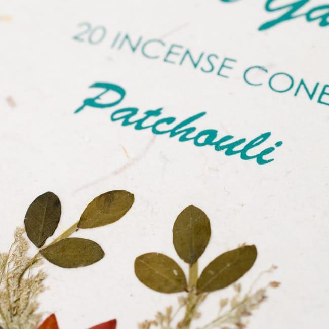 パチョリ(PATCHOULI)の香り - オウロシカコーン香の写真2 - 箱の表紙にある押し花は1つづつ違います。申し訳ありませんがアソートでお送りさせていただきます。