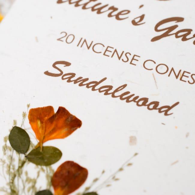 香木[SANDALWOOD]の香り-オウロシカコーン香 2 - オウロシカオリジナルの模様箱です。こちらに香名が記載されています。