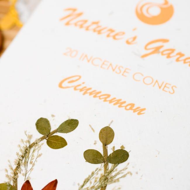 シナモン(CINNAMON)の香り - オウロシカコーン香の写真2 - 箱の表紙にある押し花は1つづつ違います。申し訳ありませんがアソートでお送りさせていただきます。