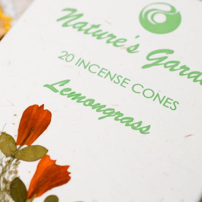 レモングラス(LEMONGLASS)の香り -オウロシカコーン香の写真2 - 箱の表紙にある押し花は1つづつ違います。申し訳ありませんがアソートでお送りさせていただきます。