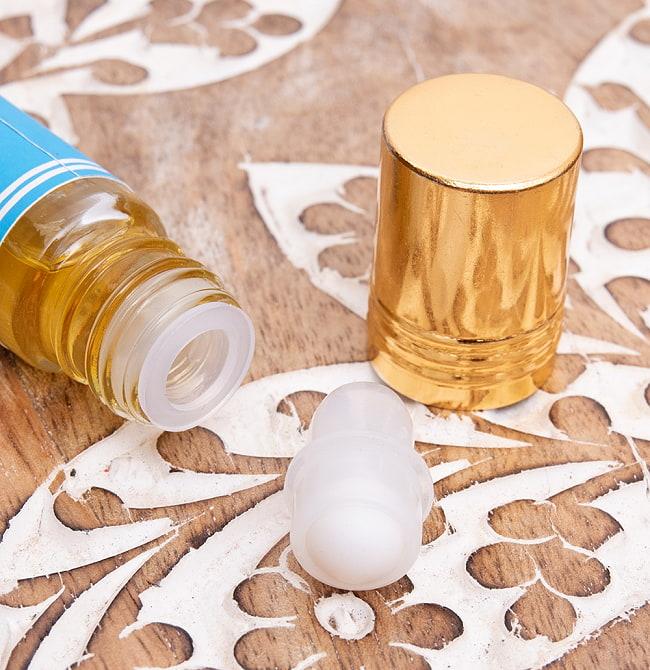 ナグチャンパ(NAG CHAMPA)の香り - オウロシカアロマオイル 3 - 蓋を開けるとこのような状態でお届けになります。