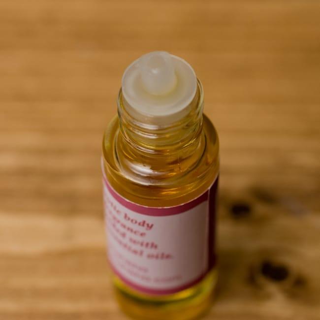 香木(SANDAL)の香り - オウロシカアロマオイルの写真3 - 蓋を開けるとこのような状態でお届けになります。