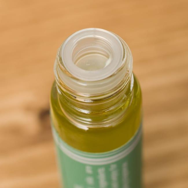 ジャスミン(JASMIN)の香り - オウロシカアロマオイル 4 - 開けるとこのように蓋がしてあります。