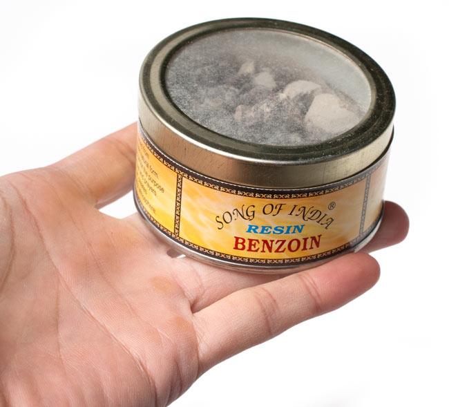安息香(ベンゾイン) - レジン樹脂香 4 - サイズ比較のために手に持ってみました
