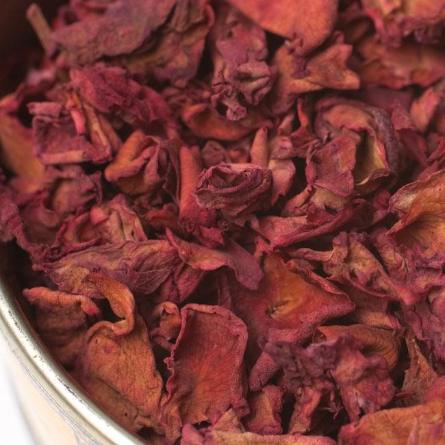 ミスティック・ローズ(Mystic Rose) - 花弁香 2 - お香を拡大してみました。天然品の為、バラの収穫時期などにより色合いは異なります。