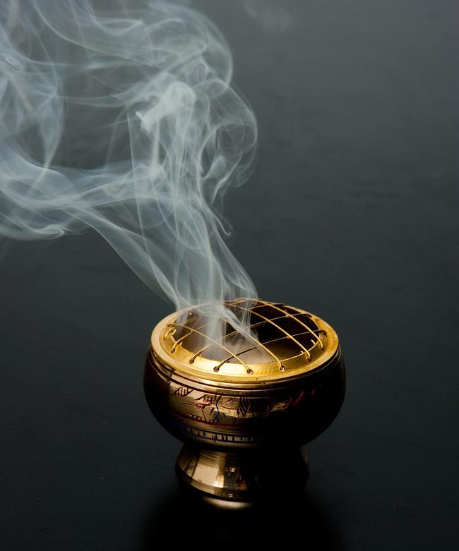 ドラゴンズ・ブラッド(Dragons Blood) - レジン樹脂香の写真5 - こちらのお香は火の付いた炭の上に載せて使用します。この様な専用の香炉を使うと雰囲気が出ますね