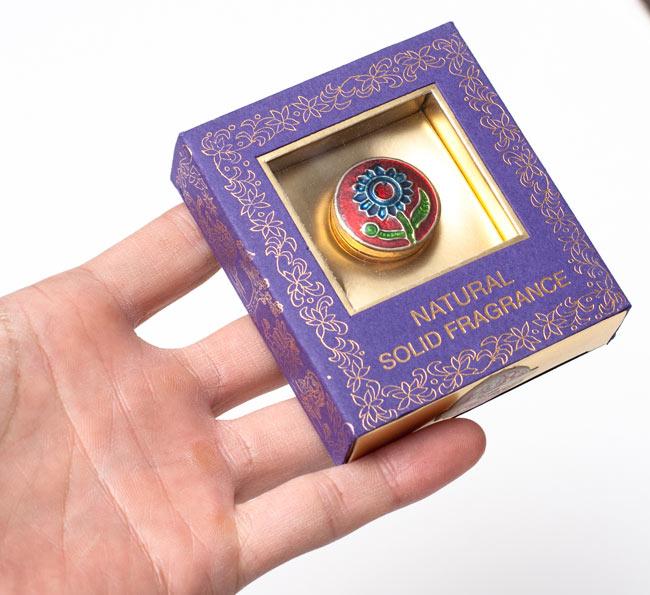 クリーム・フレグランス[ブラス] - 白檀の香り(プレシャス・サンダル)の写真3 - サイズ比較のために手に持ってみました