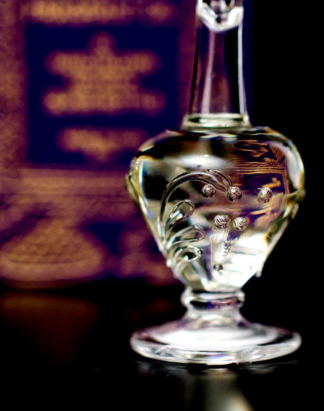 【5ml】ブッダ・デライト(Buddhah Delight)  - ナチュラルフレグランスオイル  4 - 装飾の施されたボトルです。ハンドメイドのため、デザインや大きさは一つ一つことなります。