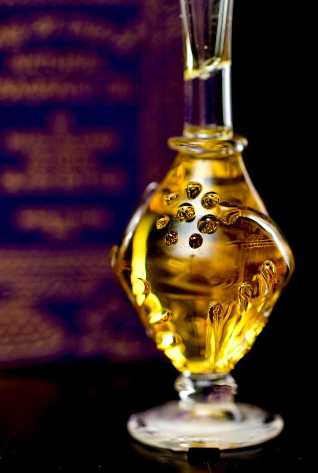 【5ml】谷に咲く百合(Lily of Valley) - ナチュラルフレグランスオイル  4 - 装飾の施されたボトルです。ハンドメイドのため、デザインや大きさは一つ一つことなります。