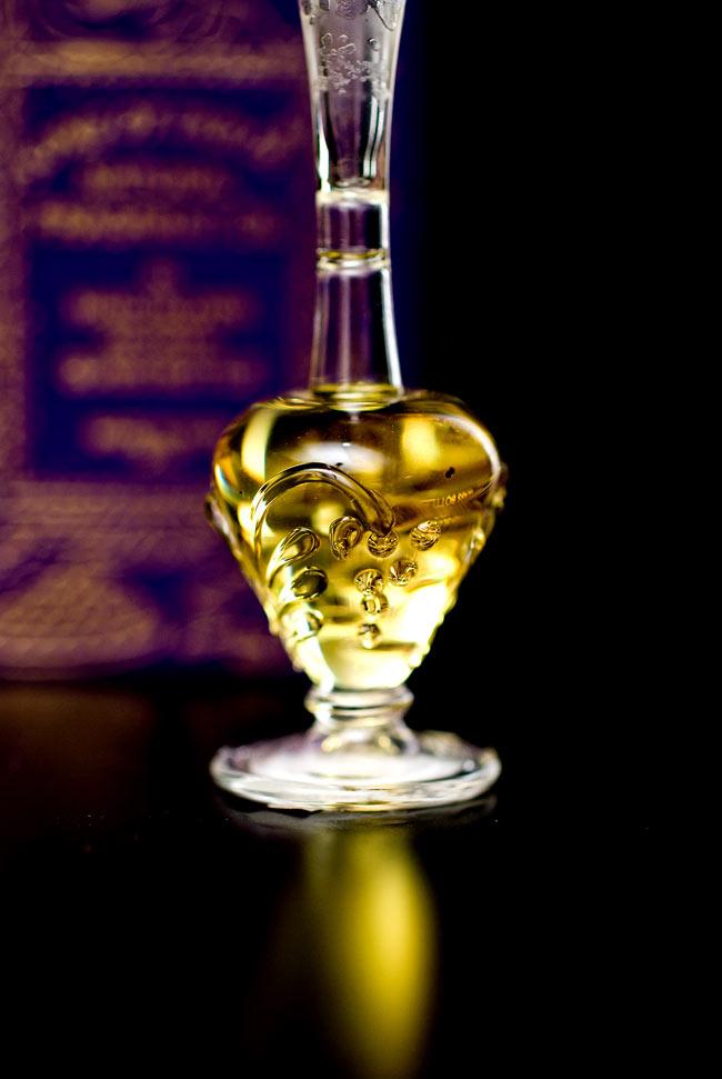 【5ml】ロータス(Lotus) - ナチュラルフレグランスオイル  4 - 装飾の施されたボトルです。ハンドメイドのため、デザインや大きさは一つ一つことなります。
