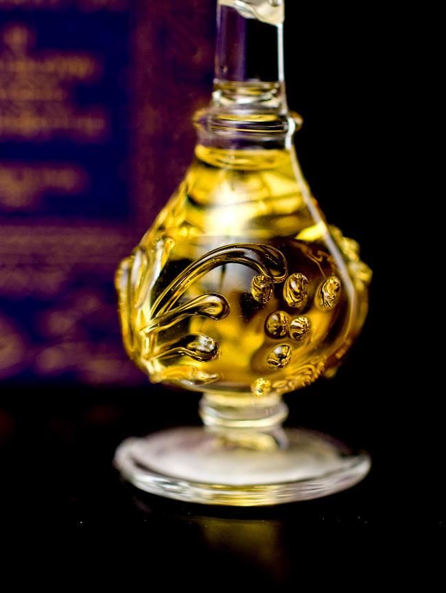 【5ml】白檀の香り(Precious Sandal) - ナチュラルフレグランスオイル  4 - 装飾の施されたボトルです。ハンドメイドのため、デザインや大きさは一つ一つことなります。