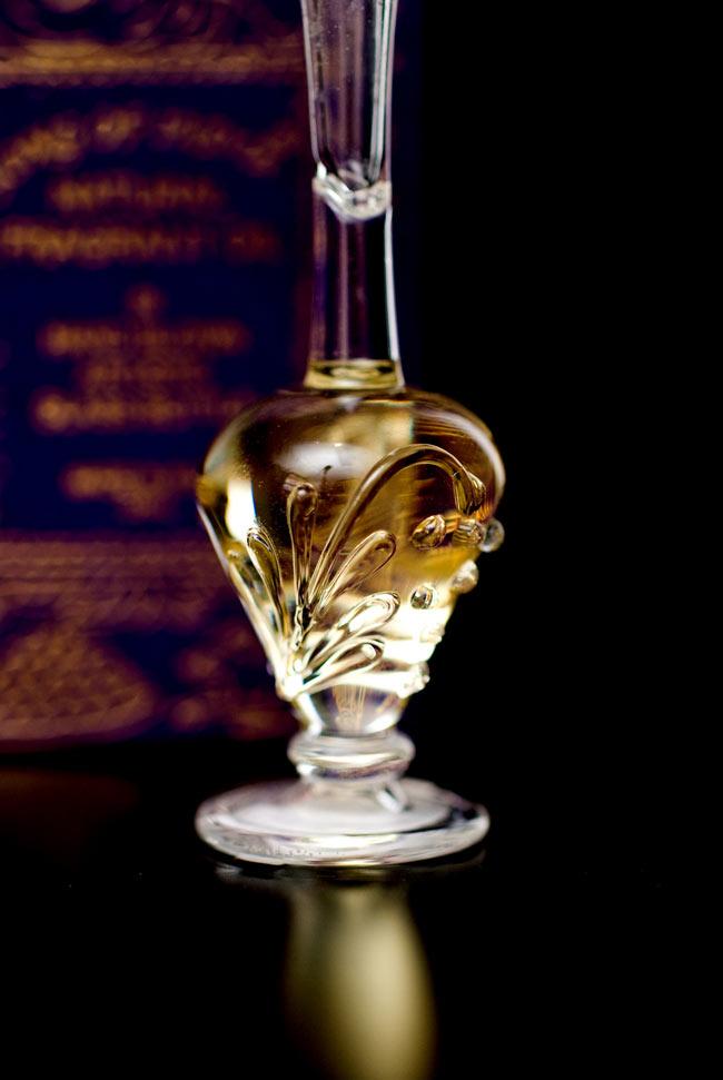 【5ml】薔薇(Rose) - ナチュラルフレグランスオイル の写真4 - 装飾の施されたボトルです。ハンドメイドのため、デザインや大きさは一つ一つことなります。