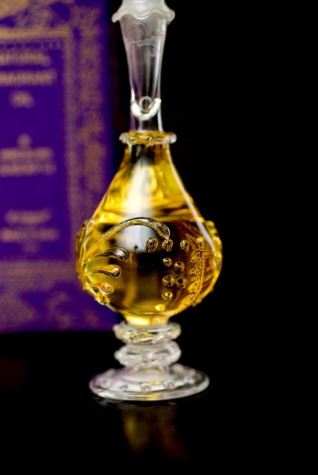 【15ml】ロータス(Lotus) - ナチュラルフレグランスオイル の写真4 - 装飾の施されたボトルです。ハンドメイドのため、デザインや大きさは一つ一つことなります。