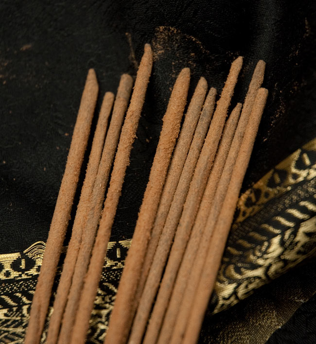 Spiritual Guru香の写真6 - お香の表面にパウダーが付いている高級タイプのインド香です
