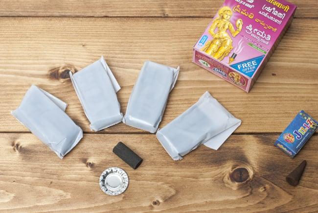 貴婦人の安息香 SRIMATHI - Instant Sambrani cone 柱型の写真4 - お香20個、小さな香皿、おまけのお香がセットになっています。