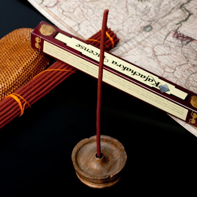 Kalachakra Incense カーラチャクラ香の写真7 - 通常のインド香よりも太いので、このようなチベット香用のお香立てをご使用ください。