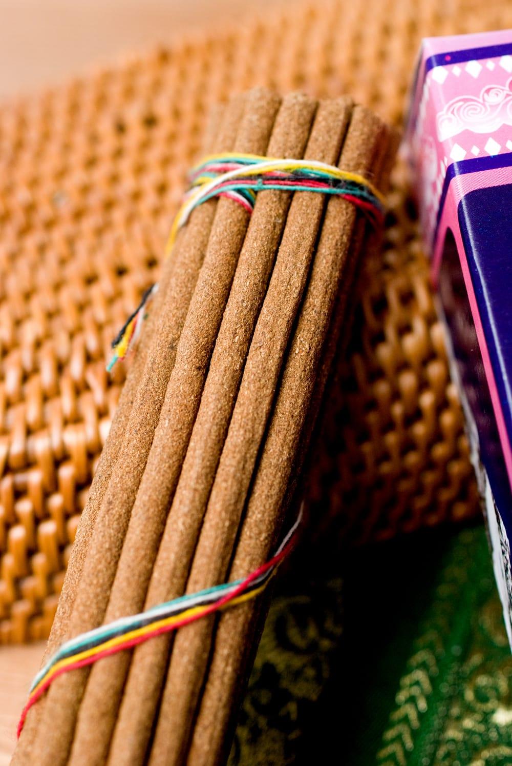 Mt.Everest Ritual Tibetan Incense -エベレスト香 2 - このようにインド香とは太さが異なっています。
