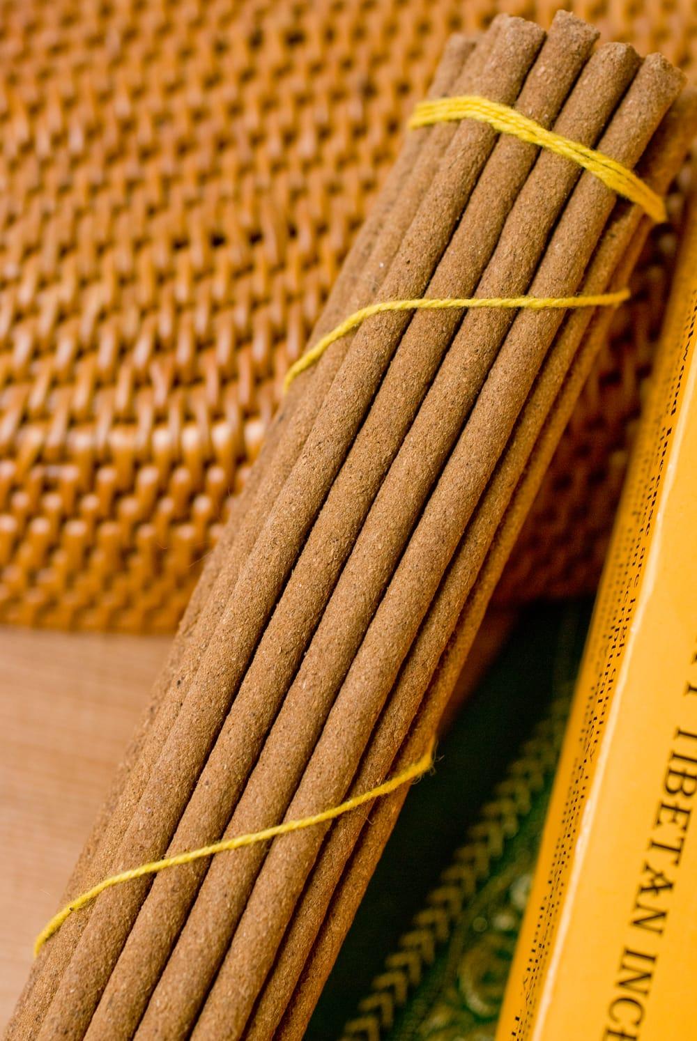 Tibetan Sandalwood Incense -チベットの白檀香 2 - このようにインド香とは太さが異なっています。