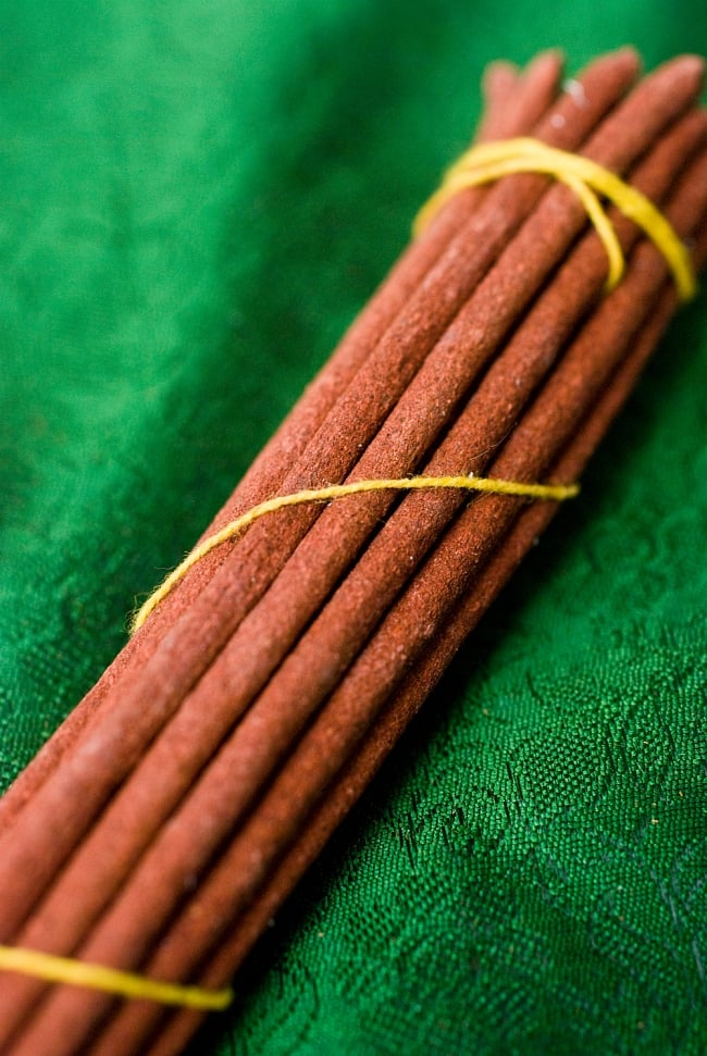 Kalachakra Incense-カーラチャクラ香の写真2 - このようにインド香とは太さが異なっています。