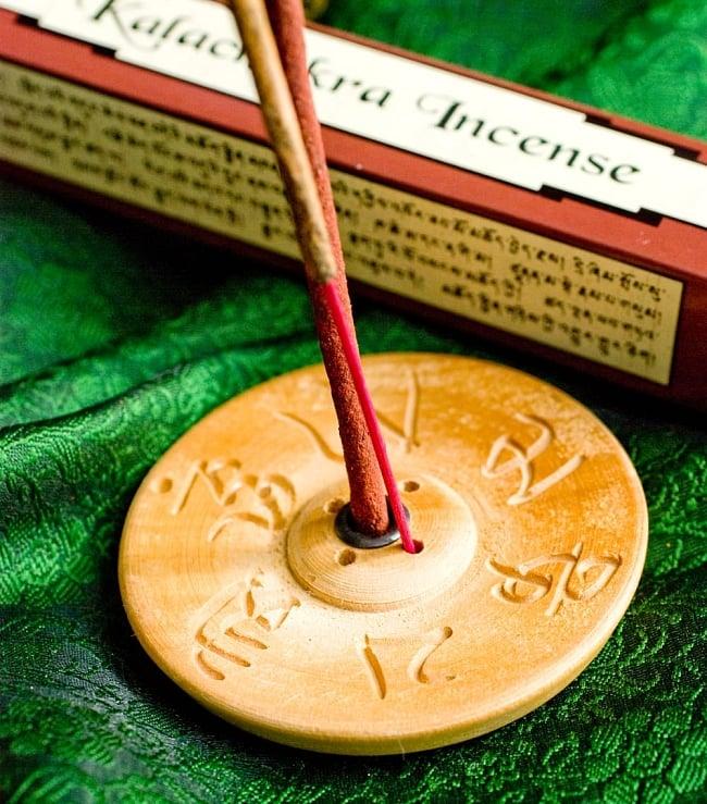 Kalachakra Incense-カーラチャクラ香 5 - インド香との違いはこのようになります。持ち手が細いほうがインド香で、太いほうがチベット香です。