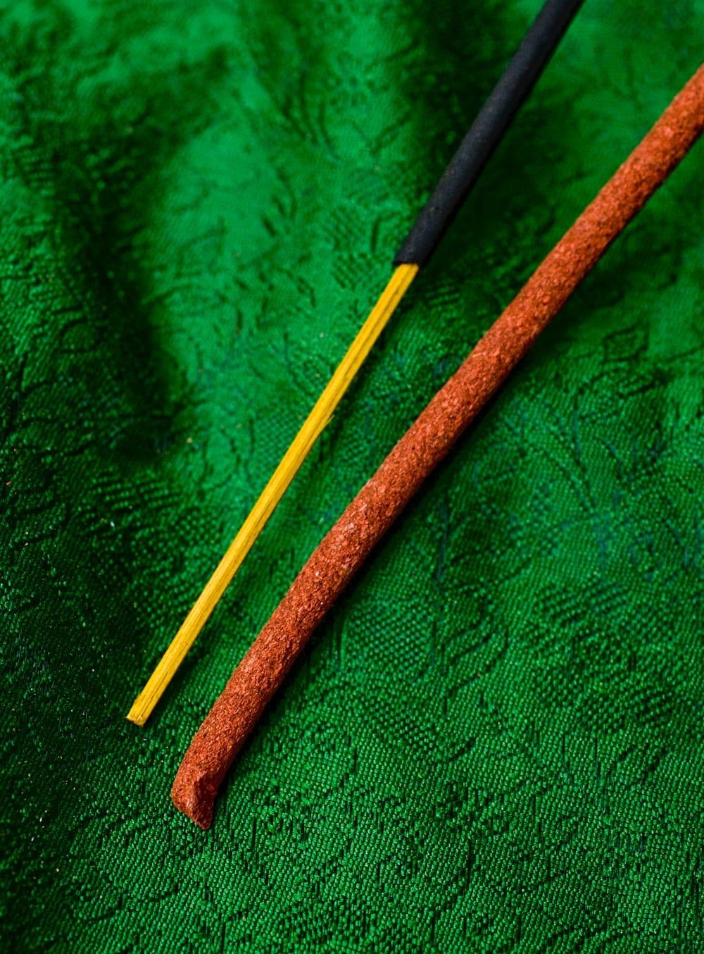 Mila Incense -聖地ミーラ香 4 - インド香との違いはこのようになります。細いほうがインド香で、太いほうがチベット香です。