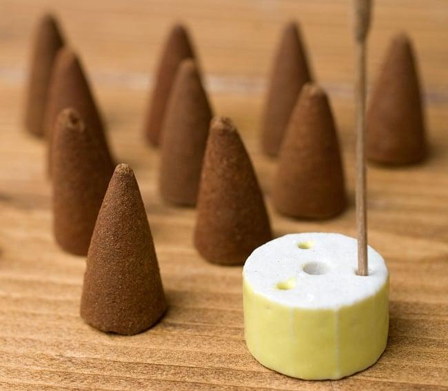 アーユルヴェーダ香 - カパ体質用 - パチュリー・アンバー 6 - 中にはこの様なコーン香と、陶器のお香たてが入っています。お香たての色はアソートになります