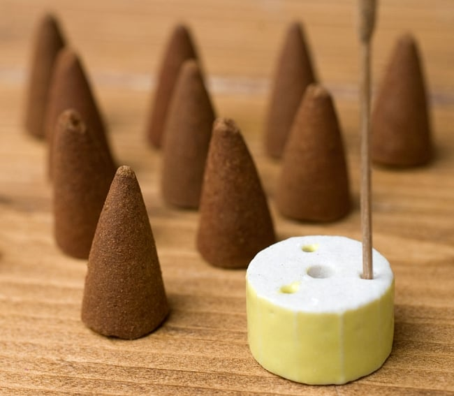 アーユルヴェーダ香 - ピッタ体質用 - ジャスミン・バニラ 6 - 中にはこの様なコーン香と、陶器のお香たてが入っています。お香たての色はアソートになります