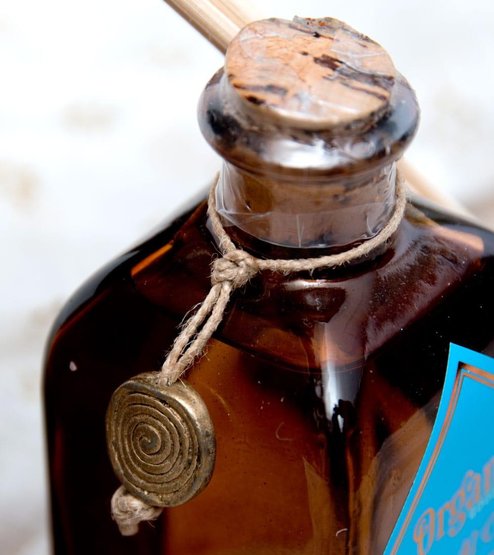 Organic GOODNESS - リードディフューザー -ウード-沈香の香り 4 - ボトルをアップにしました。取り外すとストラップにできそうなインド伝統の金属パーツ付きです