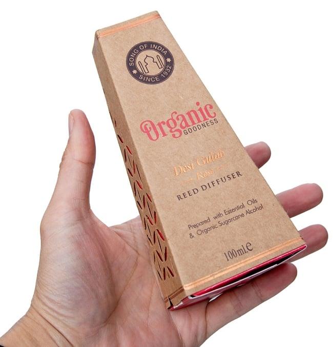 Organic GOODNESS - リード・ディフューザー -Desi Gulab - ローズ 9 - パッケージをサイズ比較のために手に持ってみました
