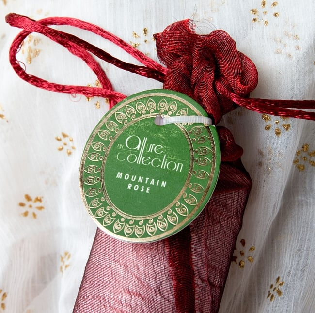 リードディフューザー[Allure Collection] - マウンテン・ローズ 6 - 上部には香りの名前のタグが付いています
