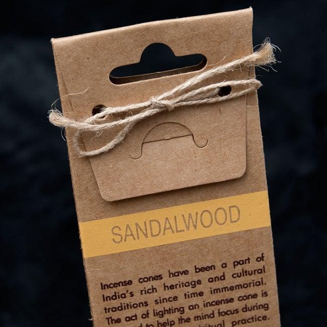 お香立つきオーガニックコーン香ギフトセット - サンダルウッド 7 - 裏面は英語で書かれていて、輸入品の香りがします