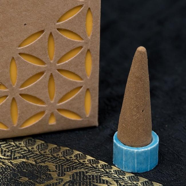 お香立つきオーガニックコーン香ギフトセット - サンダルウッド 8 - 中にはコーン香が12本と、陶器のお香たてが入っています