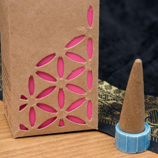 お香立つきオーガニックコーン香ギフトセット - ローズ 8 - 中にはコーン香が12本と、陶器のお香たてが入っています