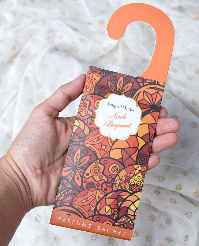 Song of India - サシェ(香り袋) - レモングラス フレッシュ 6 - サイズ比較のため手にとってみました。(写真は類似商品です)