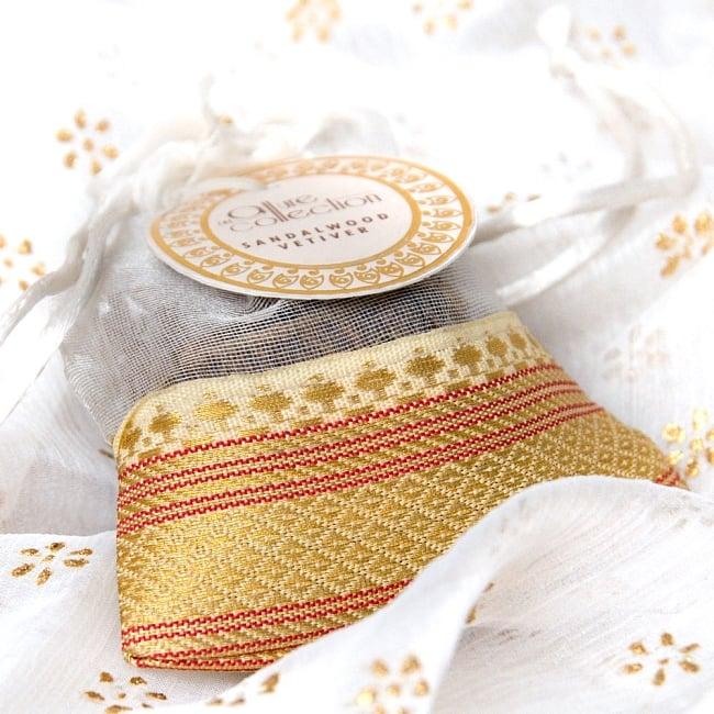 オーガンジーの袋入りコーンお香セット - サンダルウッド 2 - インド風デザインのボーダー入り