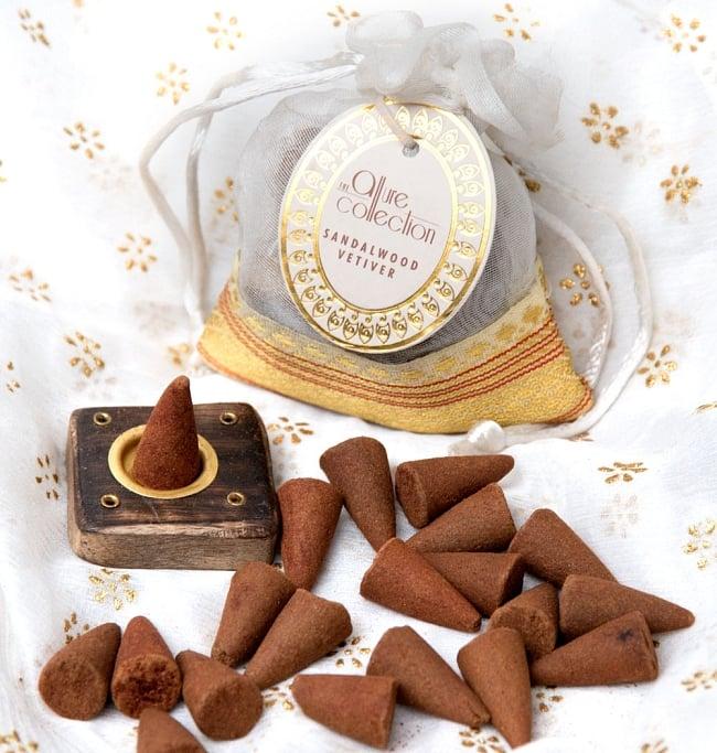 オーガンジーの袋入りコーンお香セット - サンダルウッド 3 - 中には木のお香たてとお香が20個入っています